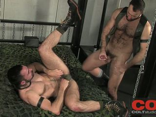 Wilfried dominates dolan mit chains ein kragen ein riesig schwanz
