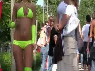 The seksuālā bikini lelle ir performing a krāšņa smieklīgas dance par the prieks no the publisks