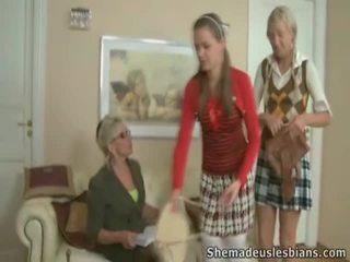 Mrs. hudson pets springy chest av tenåring coeds natasha og karina.