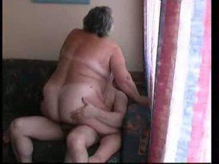 Mummo ratsastus kova päällä sohvalla video-