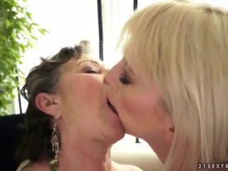 Jong blondine loves een grootmoeder