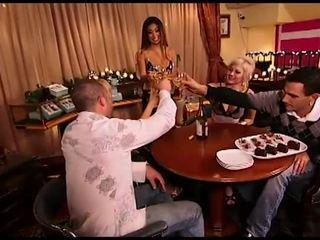 Nelikko tai fivesome jälkeen juominen jotkut wiini, suuri naida
