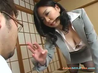Vollbusig asiatisch milf gets sie groß titten und muschi licked
