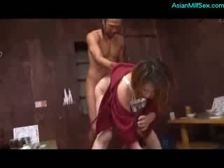 Läkkäämpi nainen sisään kimono imevien kukko perseestä mukaan 2 guys päällä the lattia
