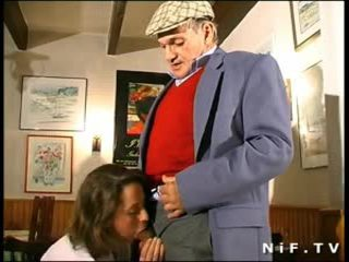 Francese milf in trio con papy voyeur in un restaurant