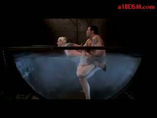 সাদা বালিকা সঙ্গে tied পা এবং arms getting তার মুখ এবং পাছা হার্ডকোর মধ্যে ঐ aquarium দ্বারা প্রধান মধ্যে ঐ অন্ধকার