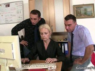 Two dudes حصة قديم شقراء في ال مكتب