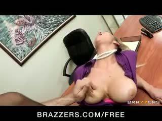 Malibog big-tit ginintuan ang buhok office-slut bida sa mga pornograpiya abbey brooks fucks titi