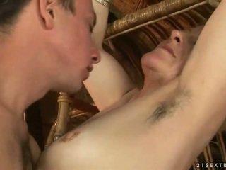 Mormor och pojke enjoying het kön