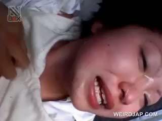 Aziatisch school- babe gets sexually misbruikt in een van
