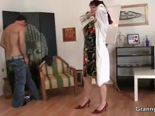 Régi paintress enjoys övé kemény meat