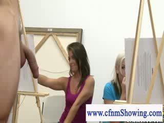 Ubrane kobiety i nadzy mężczyźni dostać blisko z modele podczas artclass