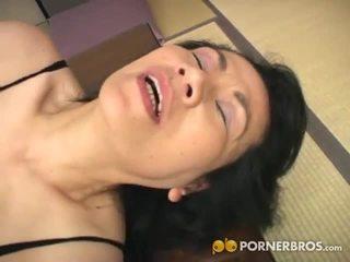 Porner premium: rijpere aziatisch kut gets toyed met een vibrator