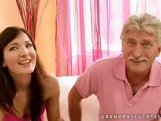 Vanaisa ja teismeline beauty enjoying kuum seks