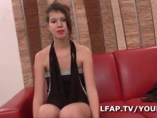 Premiere sodo difficile pour cette jeune ado francaise lors de son casting porno