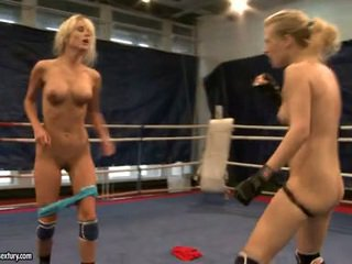 Laura גביש ו - michelle dampened fighting stripped