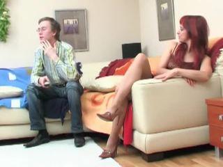 Nerd seduced podľa redheaded milfka