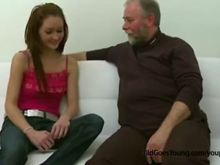 苗條 青少年 女孩 性交 由 老 男人 催人淚下 離 她的 boyfriend 和 having 附帶 以上 她的 奶