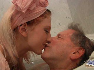 في سن المراهقة شقراء housekeeper fucks مع elder رجل بعد سباحة.