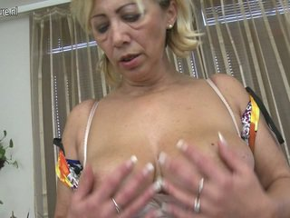Sensuous moshë e pjekur mjaltë loves në luaj seks lojë porno lojë afër nga të saj i eksituar fuzz