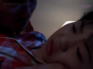 Skaistule aziāti gets cunt teased uz undies uz viņai miegs