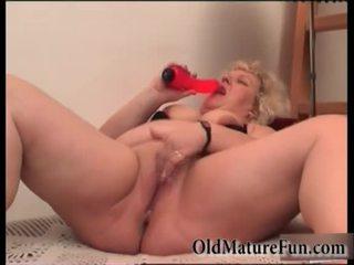 Blondin äldre kvinnor spela med fett fittor video-