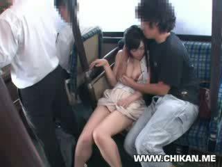 Innocent gà con sờ mó trên một xe buýt