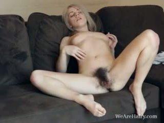 Tento chlupatý blondýnka selena looks jako an anděl