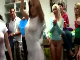 Besar basah t shirt pertandingan dalam asrama bilik dengan hebat kanak-kanak perempuan