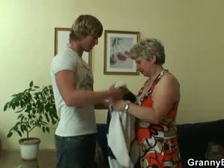 Õnnelik guy fucks lonely granny