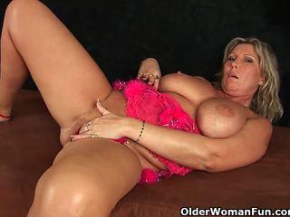 Chunky diwasa mom with big susu masturbates
