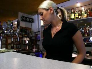 Barmaid lenka nailed në the bar për para në dorë
