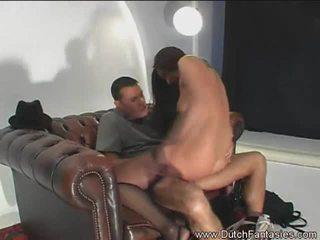 Hollandais fantasmes: hollandais fantasy avec une sexy brunette sur une gros bite.