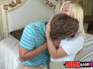 Momen jag skulle vilja knulla syren demer ansluta tonårs par i säng