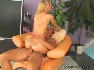 Hawt beib gitta blond receives sprayed edasi tema warm throat
