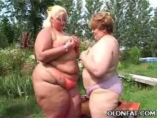 שמן בוגר לסביות having סקס outdoors