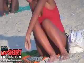 Guy spied the simpatiska labi shaped ķermenis no garš legged bimbo uz the karstās micro bikini