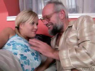 Vanaisa ja teismeline having lõbu ja kuum seks