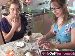 Graziosa australiano lesbiche lecca loro rosa holes