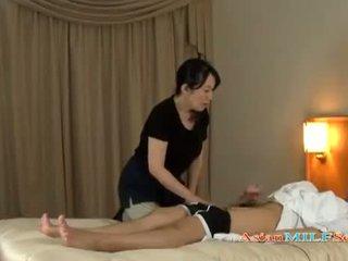 मेच्यूर महिला massaging guy giving हंडजोब getting उसकी टिट्स rubbed पर the बिस्तर