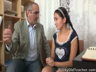 Tricky old perv guru persuades asia cutie to suck his jago
