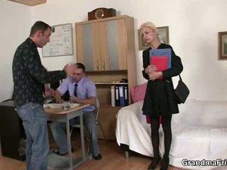 Two dudes dalintis senas blondinė į the ofisas