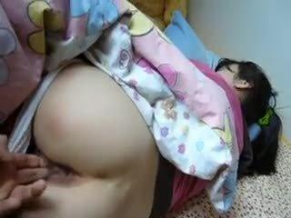 Nukkuva aasialaiset gets kasvohoito kumulat laukaus
