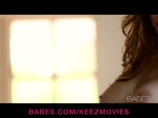 Emily addison - बस्टी ब्रुनेट बेब rubs उसकी self को an intense solo ऑर्गॅज़म