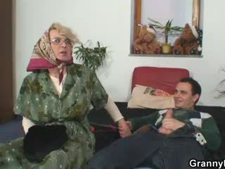 Gjyshja pleases an i ri guy