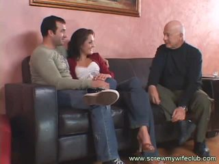 Morena esposa fucks viejo guy mientras hubby watches