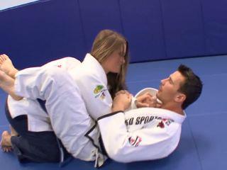 Fågelunge gets några extra karate lessons vid hem med henne trainerã¢â€â™s balle