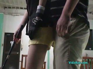亚洲人 女孩 giving 口交 上 她的 knees 为 她的 高尔夫球 instructor