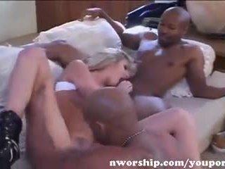 热 金发 sucks 和 fucks two 大 黑色 cocks