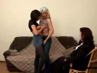 Two innocent 青少年 students came 到 他們的 調皮 脂肪 老師 到 成為 女同志